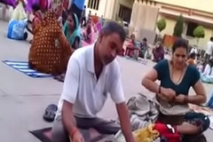 Desi aunty change garments in public boob show